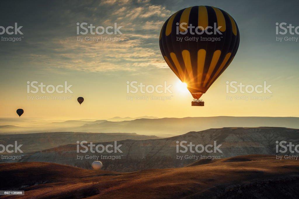 Heißluftballons fliegen über das Tal in Kappadokien, Türkei – Foto