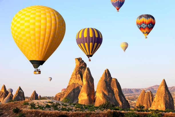 hot air balloons in cappadocia - freistaat stock-fotos und bilder