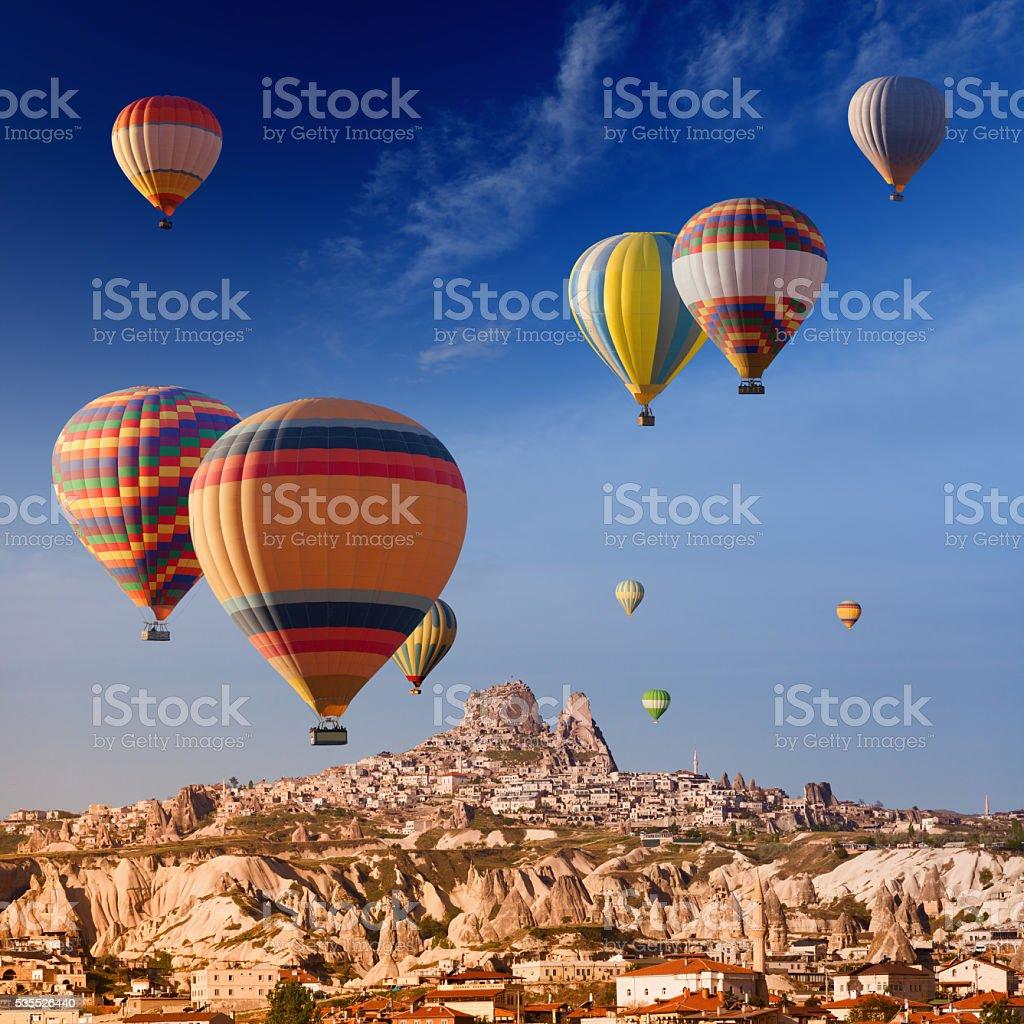 Hot air balloons near Uchisar castle - foto de stock