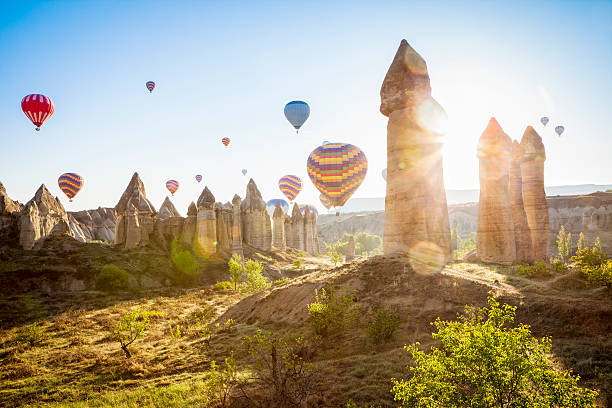 hot air balloons over love valley, cappadocia, turkeys - aardpiramide stockfoto's en -beelden