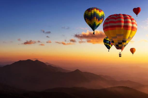 ballons à air chaud avec montagne de paysage. - montgolfière photos et images de collection