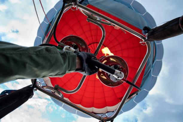 heiße luft blowning in baloon - segelhandschuhe stock-fotos und bilder