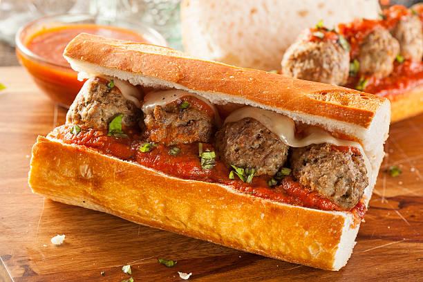 y calientes y picantes albóndiga sub sándwiches caseros - submarino fotografías e imágenes de stock
