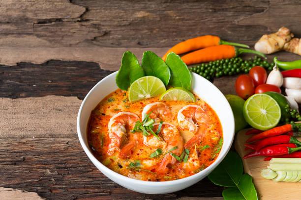 scharf-saure Suppe traditionelles Essen in Thailand – Foto