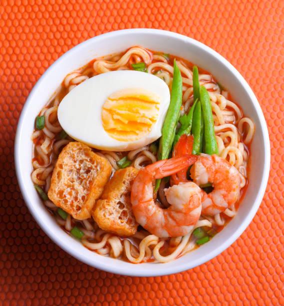 scharf und würzig instant noodle - schnelle suppen stock-fotos und bilder