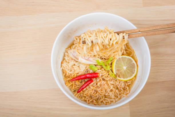scharf und würzig runde instant nudeln - schnelle suppen stock-fotos und bilder