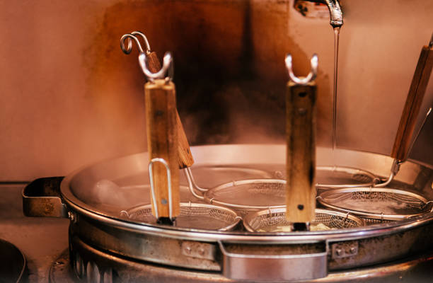hot boiling ramen pot met noodle zeven en steam close up shot - sobanoedels stockfoto's en -beelden