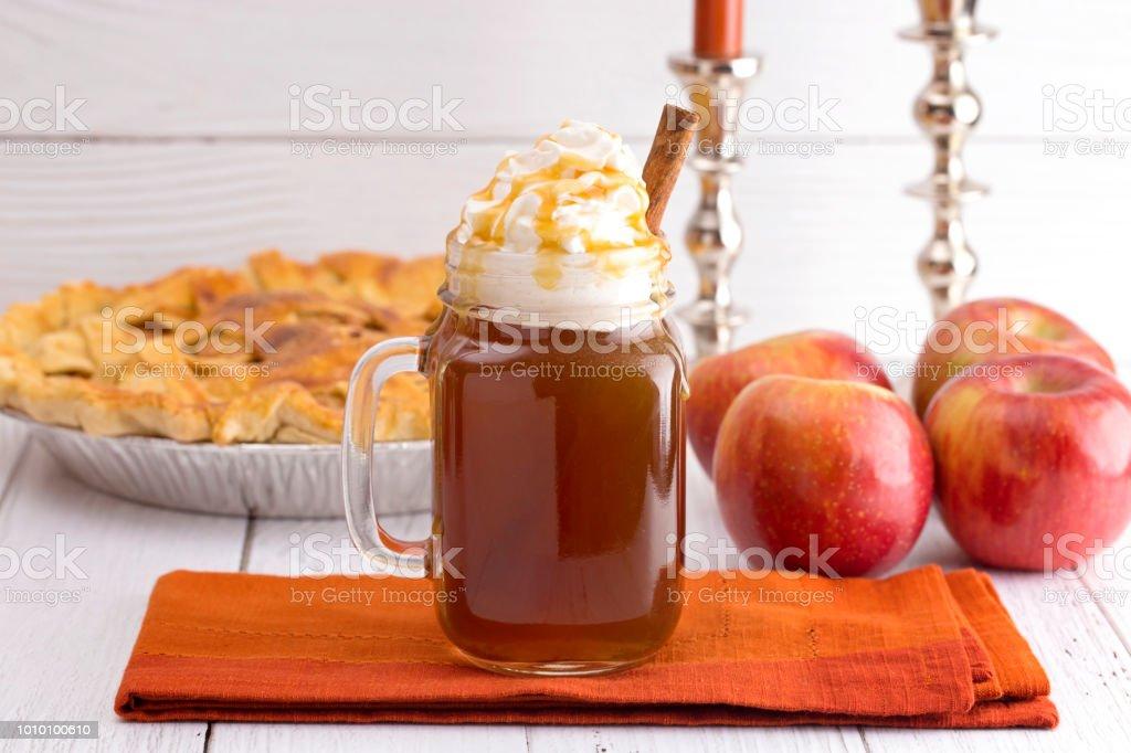 Heißen Karamell Apfel-Cider mit einem Apfelkuchen und Zimtstange – Foto
