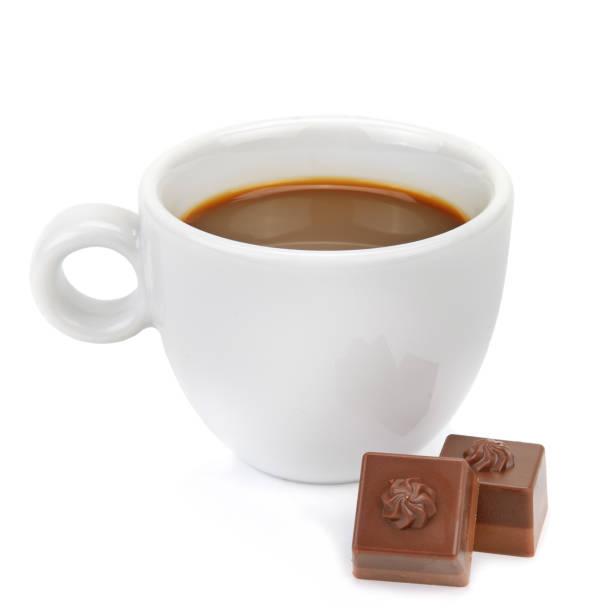 Heiße Schokolade und Schokoladenstücke isoliert auf weißem Hintergrund. – Foto