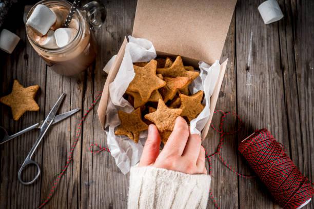 estrellas calientes de chocolate y jengibre - comida casera fotografías e imágenes de stock
