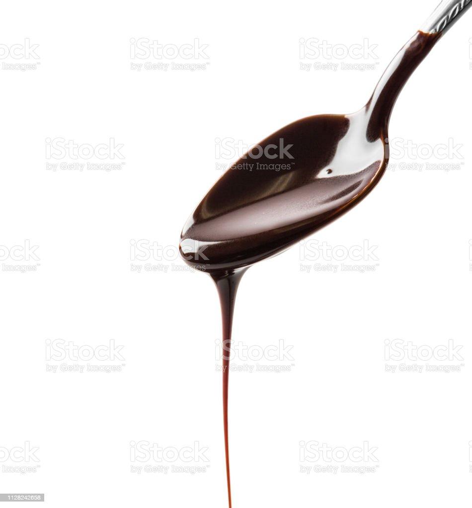 Heiße Schokolade tropft aus einem Metalllöffel – Foto