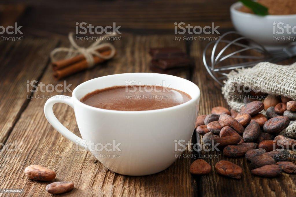 Xícara de chocolate quente em - foto de acervo