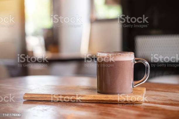 Warme Chocolademelk Of Cacao Op Houten Tafel Achtergrond Stockfoto en meer beelden van Achtergrond - Thema