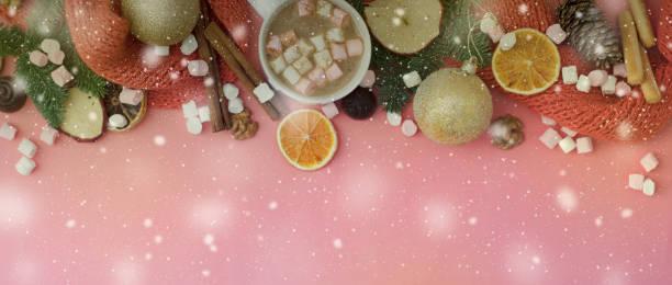 heiße schokolade oder kakao mit marshmallow, weihnachtlichen accessoires auf korallen oder rosa hintergrund rahmen mit aufschrift frohe weihnachten. banner, schneeflocken - schal mit sternen stock-fotos und bilder
