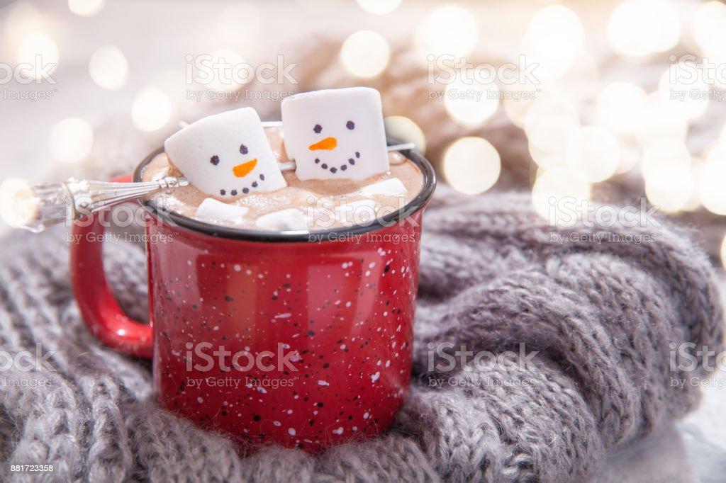 chocolate quente com boneco de neve derretida - foto de acervo