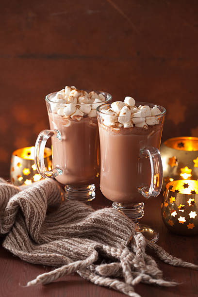 heiße schokolade mit mini marshmallows zimt winter drink candl - schal mit sternen stock-fotos und bilder