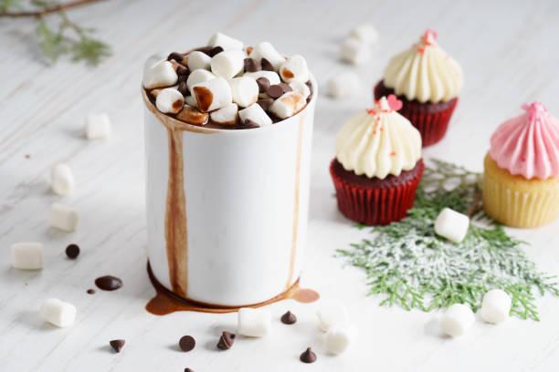 heiße schokolade mit mini marshmallows - heiße schokoladen cupcakes stock-fotos und bilder