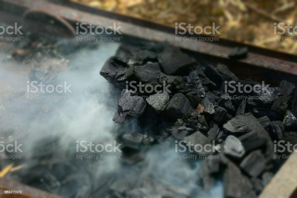 Kol i en grill - Royaltyfri Brasved Bildbanksbilder