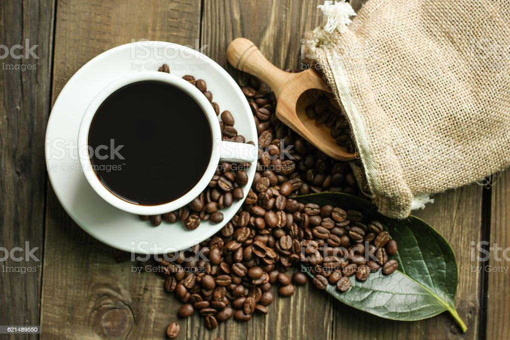 Hot coffee black coffee with beans Lizenzfreies stock-foto