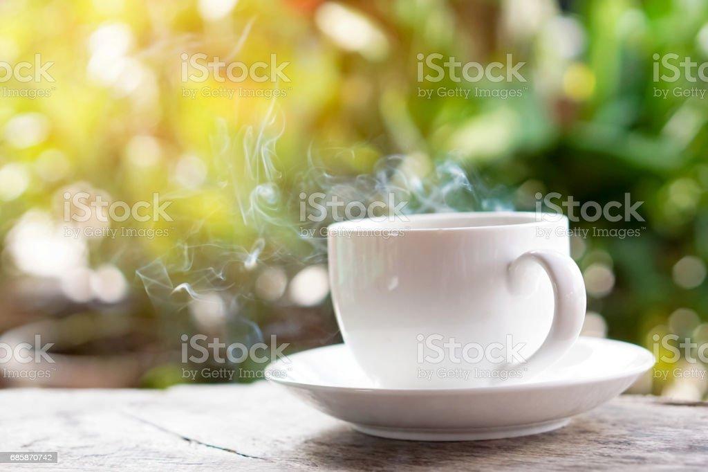 Kaffeetasse auf Holztisch auf grünem Hintergrund – Foto
