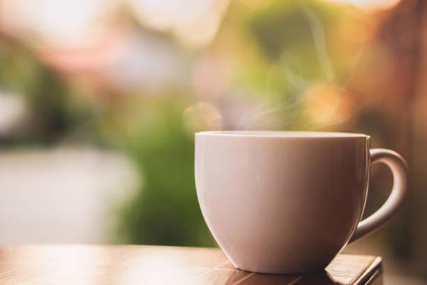 copo de café quente com fumo na manhã - chá bebida quente - fotografias e filmes do acervo