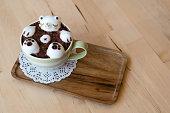 ホットコーヒー、木製のトレイ
