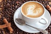 温かいコーヒーとコーヒー豆とハーブ