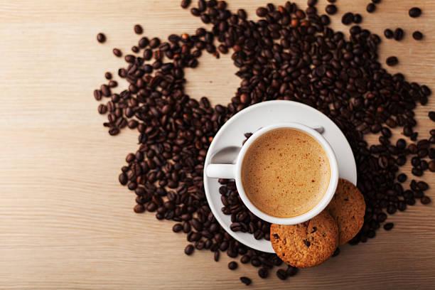 heißen kaffee mit gebäck und bohnen - marko skrbic stock-fotos und bilder