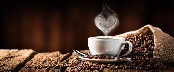 gorąca kawa z parą w kształcie serca - coffee zdjęcia i obrazy z banku zdjęć