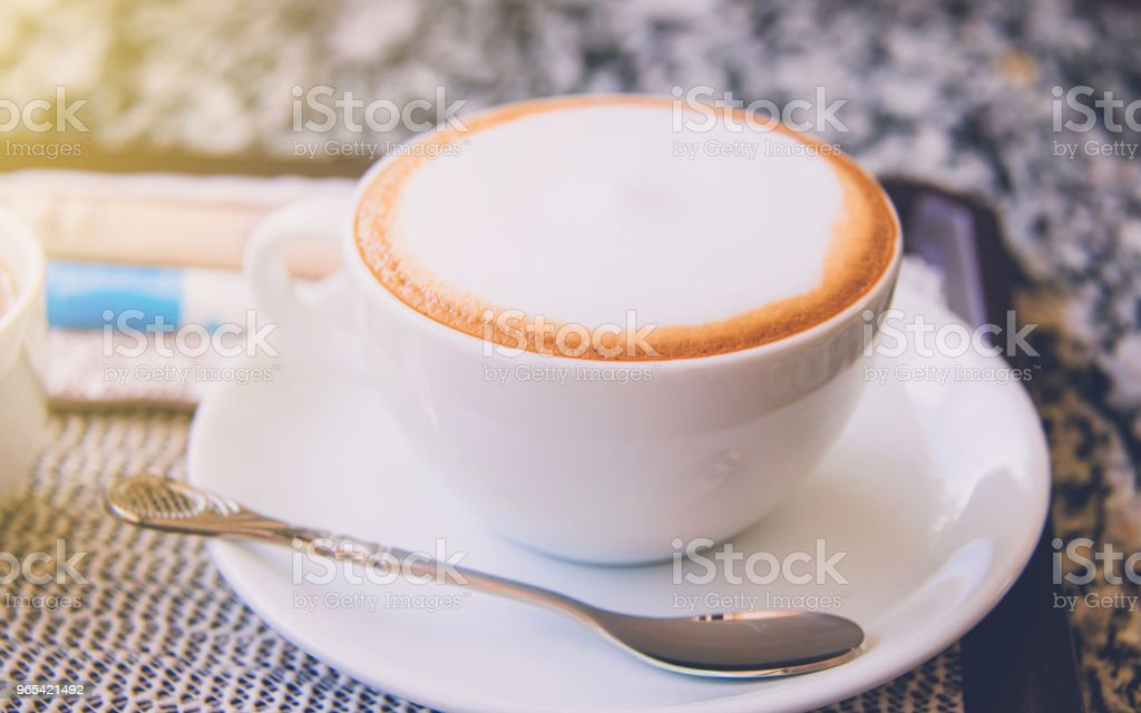 Hot coffee with sweet cake ready to drink on wood table background zbiór zdjęć royalty-free