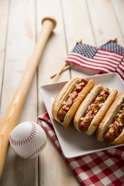 Hot-Dog-Picknick auf weißen Bank mit Baseball und Bat – Foto
