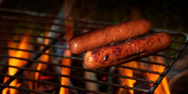 Hot Dogs grillen über einem Lagerfeuer – Foto