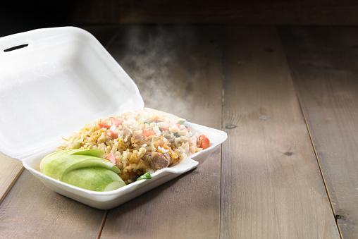 ✓ Imagen de Gordo obeso comiendo arroz frito en caja de la espuma  Fotografía de Stock