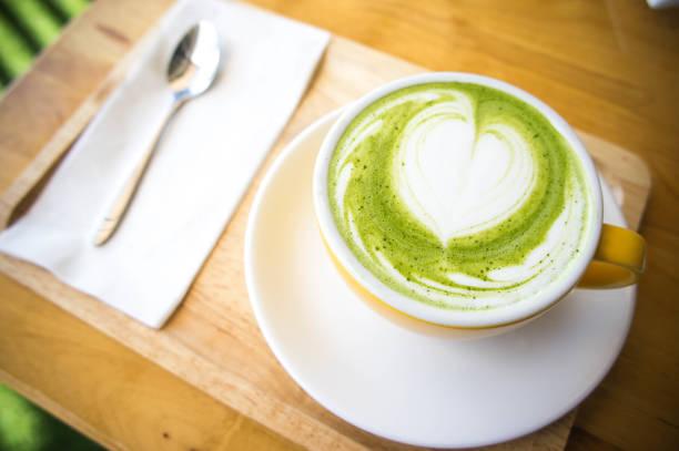 grüner tee milch tasse und kaffeetasse und erdbeerkuchen - grüner tee koffein stock-fotos und bilder