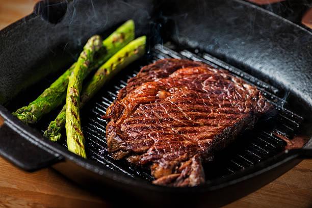 pikant gegrilltes steaks. - steak anbraten stock-fotos und bilder