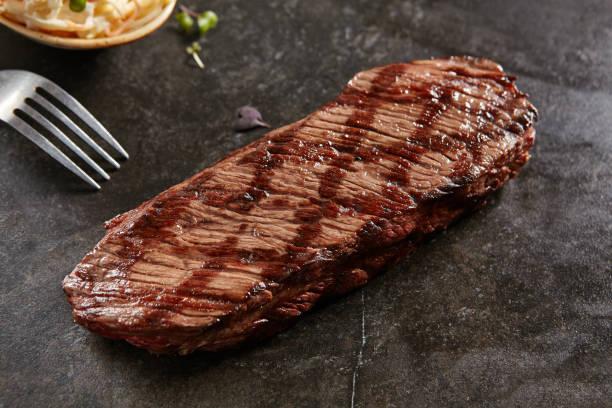 heißes vom grill ganze denver steak - flank steak marinaden stock-fotos und bilder