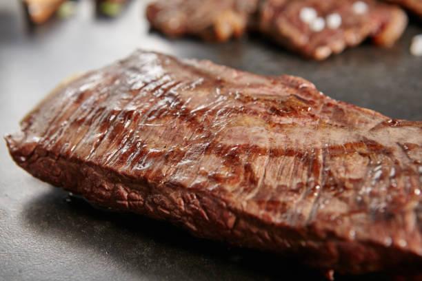 heißes vom grill ganze flank steak - flank steak marinaden stock-fotos und bilder