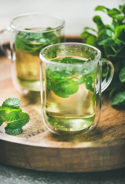 cam bardağı sıcak bitkisel nane çay i̇çecek - kıvırcık nane stok fotoğraflar ve resimler