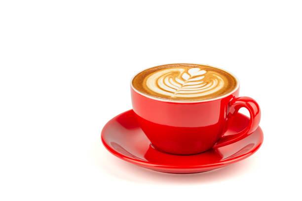 heißen latte kaffee latte kunst in einem leuchtend roten tasse und untertasse isoliert auf weißem hintergrund mit beschneidungspfad im inneren. - cappuccino stock-fotos und bilder