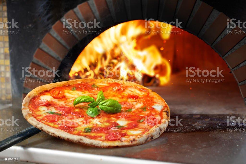 Heiße Margherita Pizza gebacken im Ofen – Foto