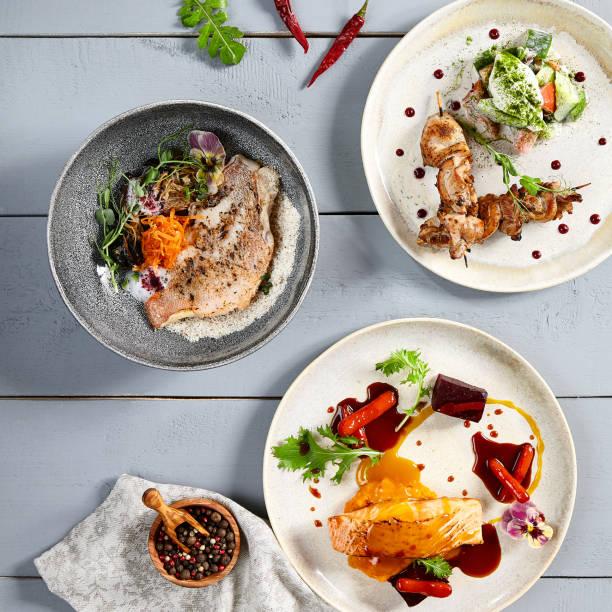 Warme Mahlzeiten in Keramikplatten Top-Ansicht – Foto
