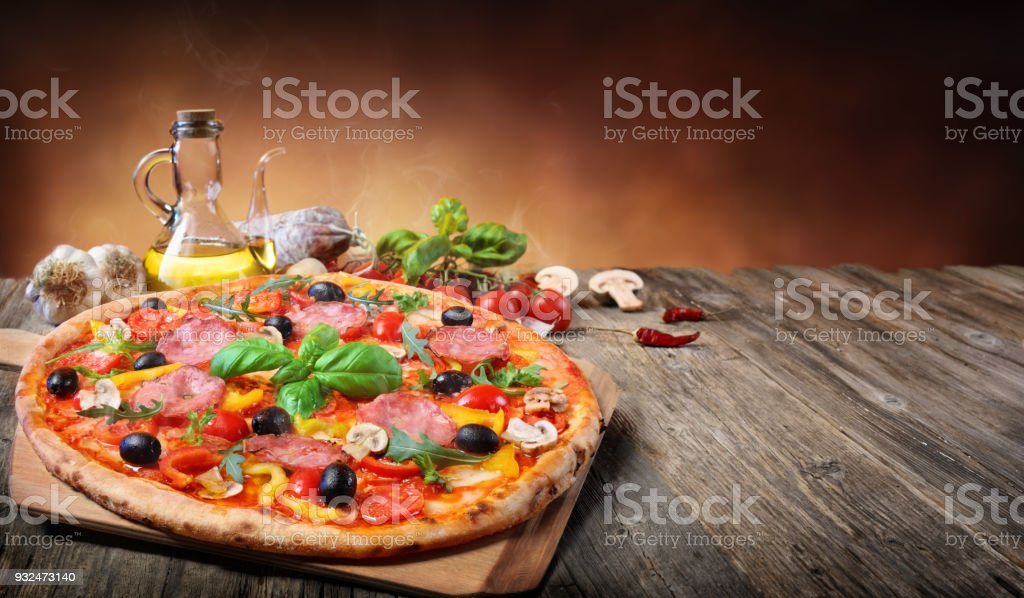 Pizza chaude servi sur Table ancienne - Photo