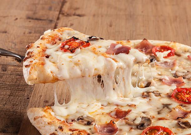 hot pizza slice - dikke pizza close up stockfoto's en -beelden