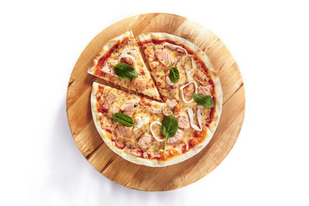 Heiße Meeresfrüchte-Pizza auf Holzplatte isoliert – Foto