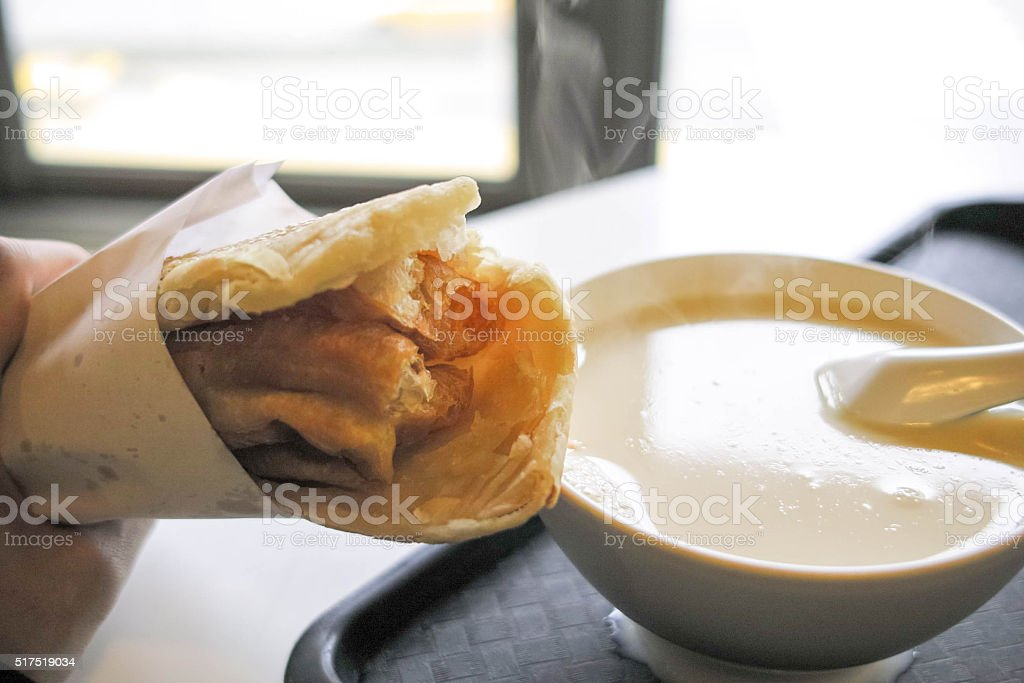 ホット豆乳と揚げパンスティック、台湾の朝食 ストックフォト