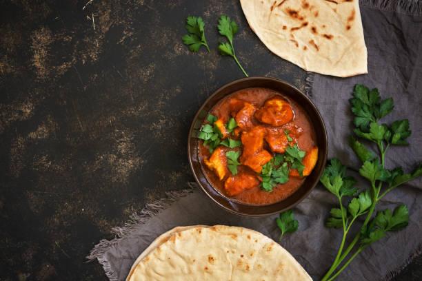 quente picante de frango tikka masala em tigela. um prato picante indiano popular. vista de cima, close-up. - caril - fotografias e filmes do acervo