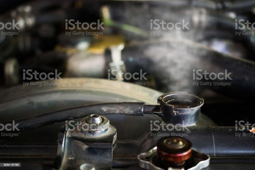 Vapor caliente que sale del radiador, motor de coche fuego. - foto de stock