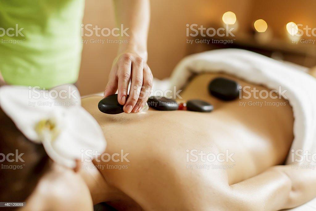 Terapia de masajes con piedras calientes - foto de stock