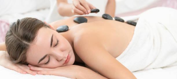 Hot-Stone massage-Behandlung durch Therapeuten im Spa. – Foto