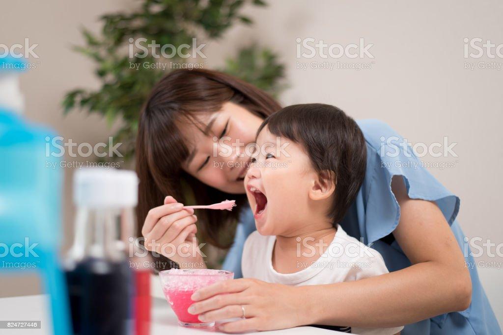 母と子の熱い夏イメージ ストックフォト